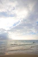 夕方のビーチにいる女性2人