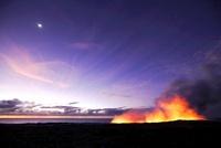 キラウエア火山  朝焼けの空に昇る月と水蒸気噴煙