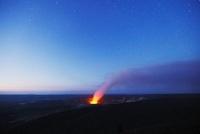 キラウエア 夜明け星空のハレマウマウ クレーターに昇る噴煙