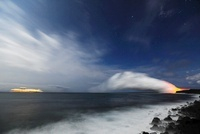 キラウエア火山 太平洋に漂う蒸気噴煙と豪華客船と星空