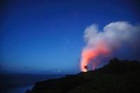 キラウエア 夜明けの星空の海岸線に昇る蒸気噴煙と椰子の木