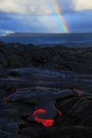 早朝の溶岩台地を這う溶岩と虹