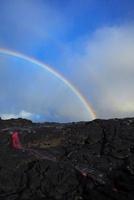 早朝の溶岩台地を這う溶岩流と虹