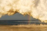 朝日に輝く海と蒸気噴煙と虹