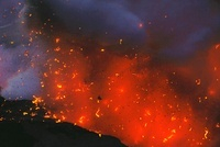 海岸線で噴出する溶岩片
