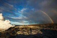 蒸気噴煙と虹とフォトグラファーの影 00730011661| 写真素材・ストックフォト・画像・イラスト素材|アマナイメージズ