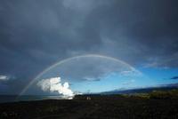 朝日に輝く蒸気噴煙と溶岩台地に架かる虹と親子