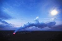 日没直後に昇る月に架かる光冠コロナと漂う噴煙