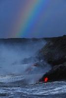海へ流れ込む溶岩流と虹と波