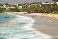 ハプナビーチで水浴びする人々