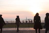 夕焼け人影シルエット越しの自由の女神 00730012289| 写真素材・ストックフォト・画像・イラスト素材|アマナイメージズ