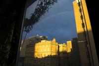 夕暮れ雨上がりにイーストビレッジに現れた虹 00730012293| 写真素材・ストックフォト・画像・イラスト素材|アマナイメージズ