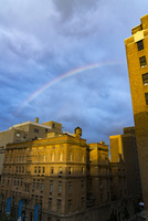 夕暮れ雨上がりにイーストビレッジに現れた虹 00730012298| 写真素材・ストックフォト・画像・イラスト素材|アマナイメージズ