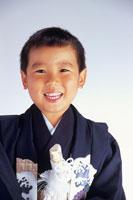 七五三の着物を着た5歳の男の子