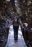 ハイキングで吊り橋を渡る外国人男性