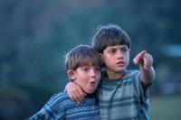 肩を組み指さす2人の外国人の男の子