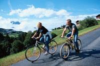 サイクリングする外国人カップル