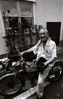 バイクに乗る中高年の日本人男性