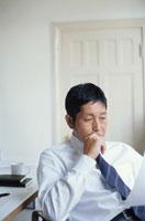 オフィスで考えごとをする中高年の日本人ビジネスマン 00748011066| 写真素材・ストックフォト・画像・イラスト素材|アマナイメージズ