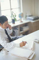 オフィスで電話する中高年の日本人ビジネスマン