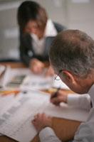書類作成する外国人と日本人のビジネスマン&ウーマン 00748011114| 写真素材・ストックフォト・画像・イラスト素材|アマナイメージズ