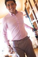 ワインとワイングラスを持つ男性