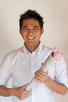 花をプレゼントする男性