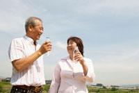 水を飲むシニア夫婦