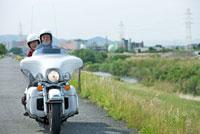 バイクに乗るシニア夫婦
