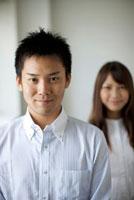 若い女性と男性のポートレート