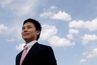 空を見つめるビジネスマン