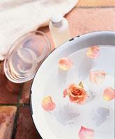 バラを浮かべたお湯