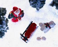 雪の中のサンタクロースと雪だるまの人形  冬