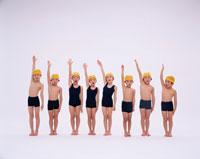 水着姿の8人の日本人の男の子と女の子