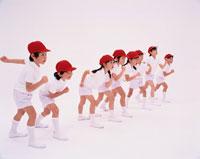 体育着姿でかけっこする8人の日本人の男の子と女の子