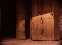 茶色の金属の箱と日ざし
