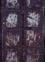 古い鉄の重厚な扉