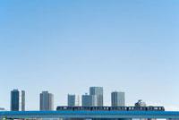 豊洲と辰巳の高層マンション群とゆりかもめ 00791010776| 写真素材・ストックフォト・画像・イラスト素材|アマナイメージズ