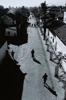 昆明の町並みと歩く人間のシルエット 雲南省 中国