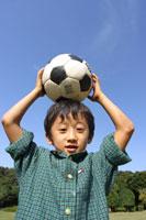 サッカーボールを頭に載せる日本人の男の子 00798010113| 写真素材・ストックフォト・画像・イラスト素材|アマナイメージズ