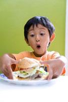 ハンバーガーにびっくりする男の子