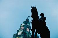 彫刻と時計台      リバプール イギリス