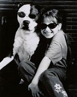 サングラスをかけたイヌと笑顔の外国人の女の子 B/W カナダ