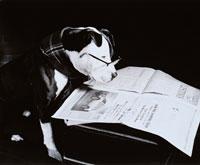 眼鏡をかけて新聞を読むイヌ B/W カナダ 00812000009| 写真素材・ストックフォト・画像・イラスト素材|アマナイメージズ