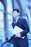 書類を持ち歩くビジネスマン