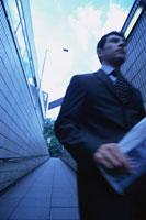 通路を歩くビジネスマン