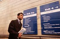 駅の通路を歩くビジネスマン
