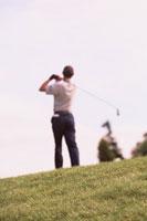 ゴルフをする男性の後ろ姿