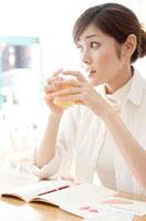 カフェでくつろぐ女性 00837010208| 写真素材・ストックフォト・画像・イラスト素材|アマナイメージズ