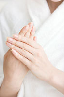 ハンドケアする女性の手